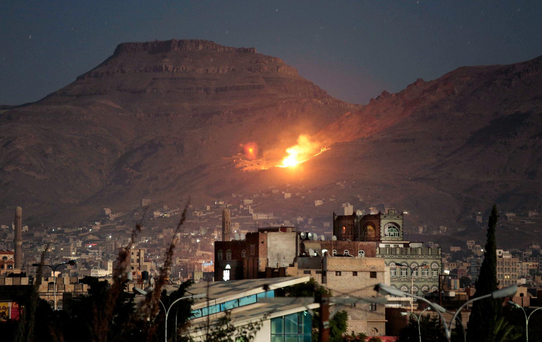 Eld och rök efter en saudiskledd flygattack mot Jemens huvudstad Sanaa. Arkivbild.