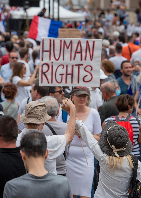 Frankrikes regering har beslutat att göra coronavaccin obligatoriskt för att besöka flera offentliga platser och för vissa yrkesgrupper.