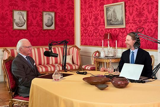 Kungen blir intervjuad av Kristoffer Triumf som har podcasten Värvet.