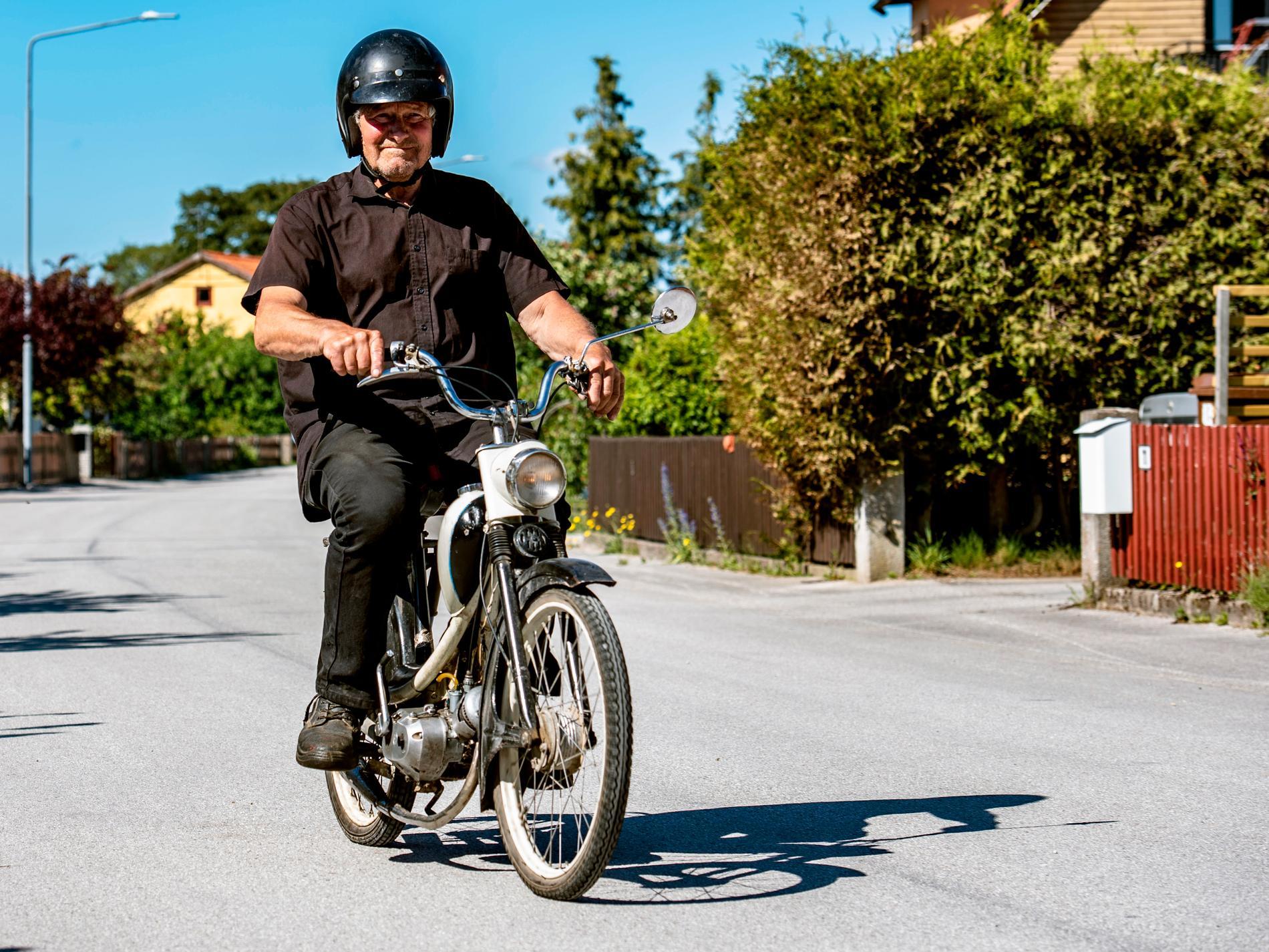 Helge älskar att åka moped.