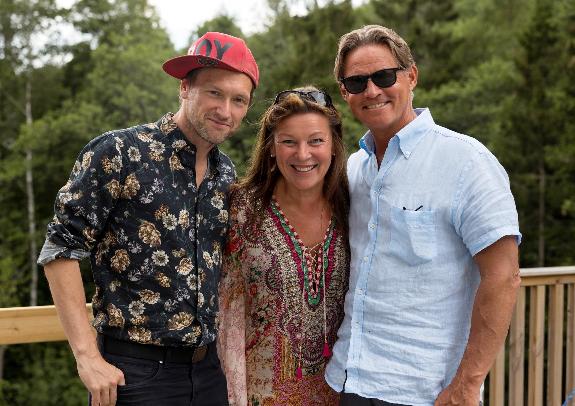 Aftonbladets reporter Tobbe Ek tillsammans med Lotta Engberg och Mikael Sandström