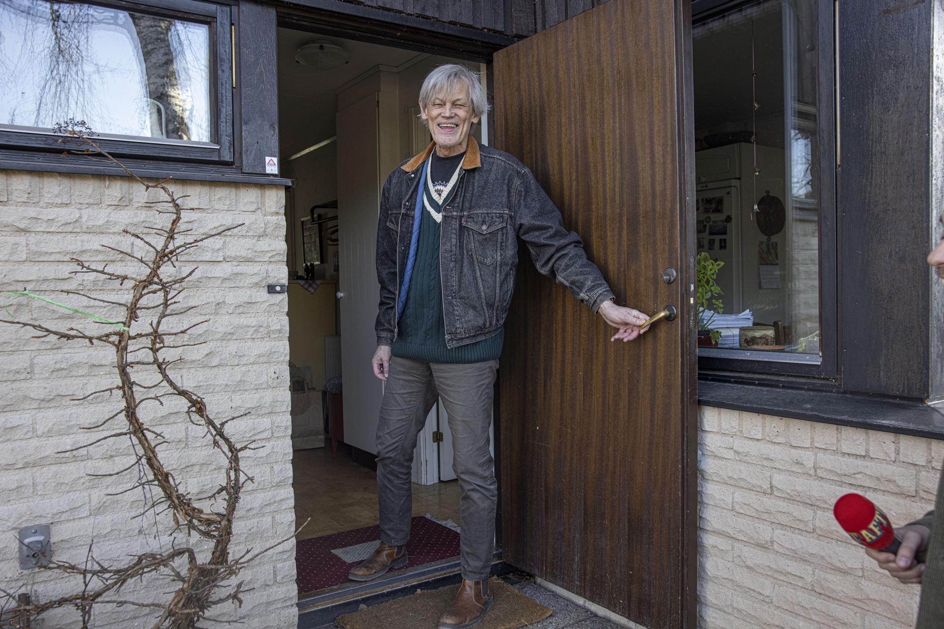 Göran Lambertz vid sitt hem efter att han släpptes ur häktet.