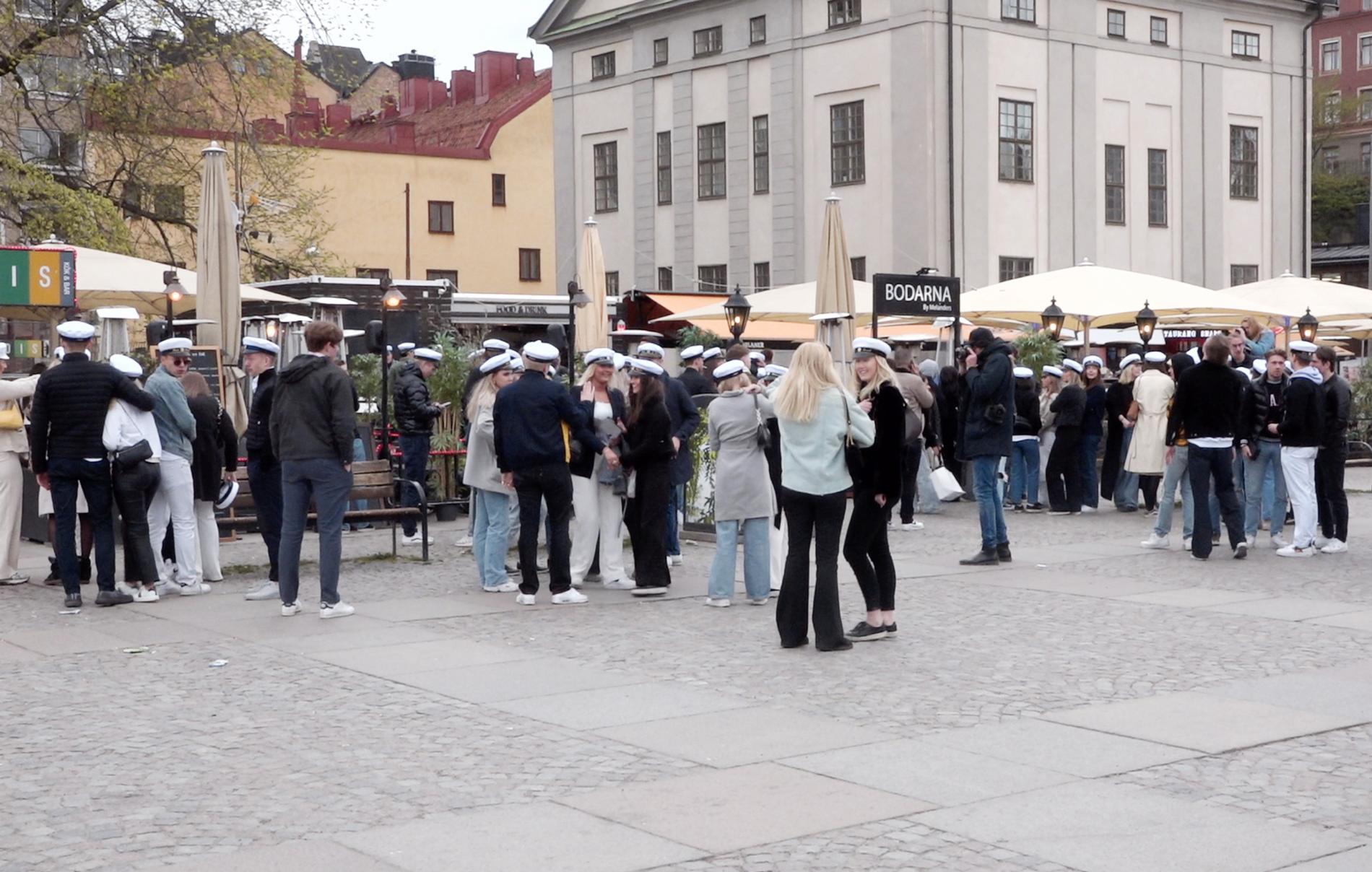 Studenter med vita mössor samlades i stora skaror på krogarna runt Medborgarplatsen i Stockholm.