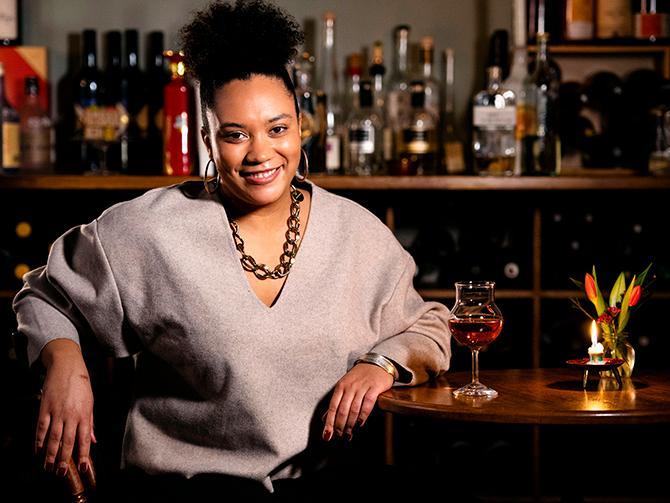 """""""Istället för att gå på det säkra kortet som """"husets röda"""" eller att instinktivt söka efter en druva eller ett område du känner dig bekant med – skapa en dialog kring vin, och våga fråga. Det är bara vin!"""", säger Sarah Lindstrand  Mboge."""