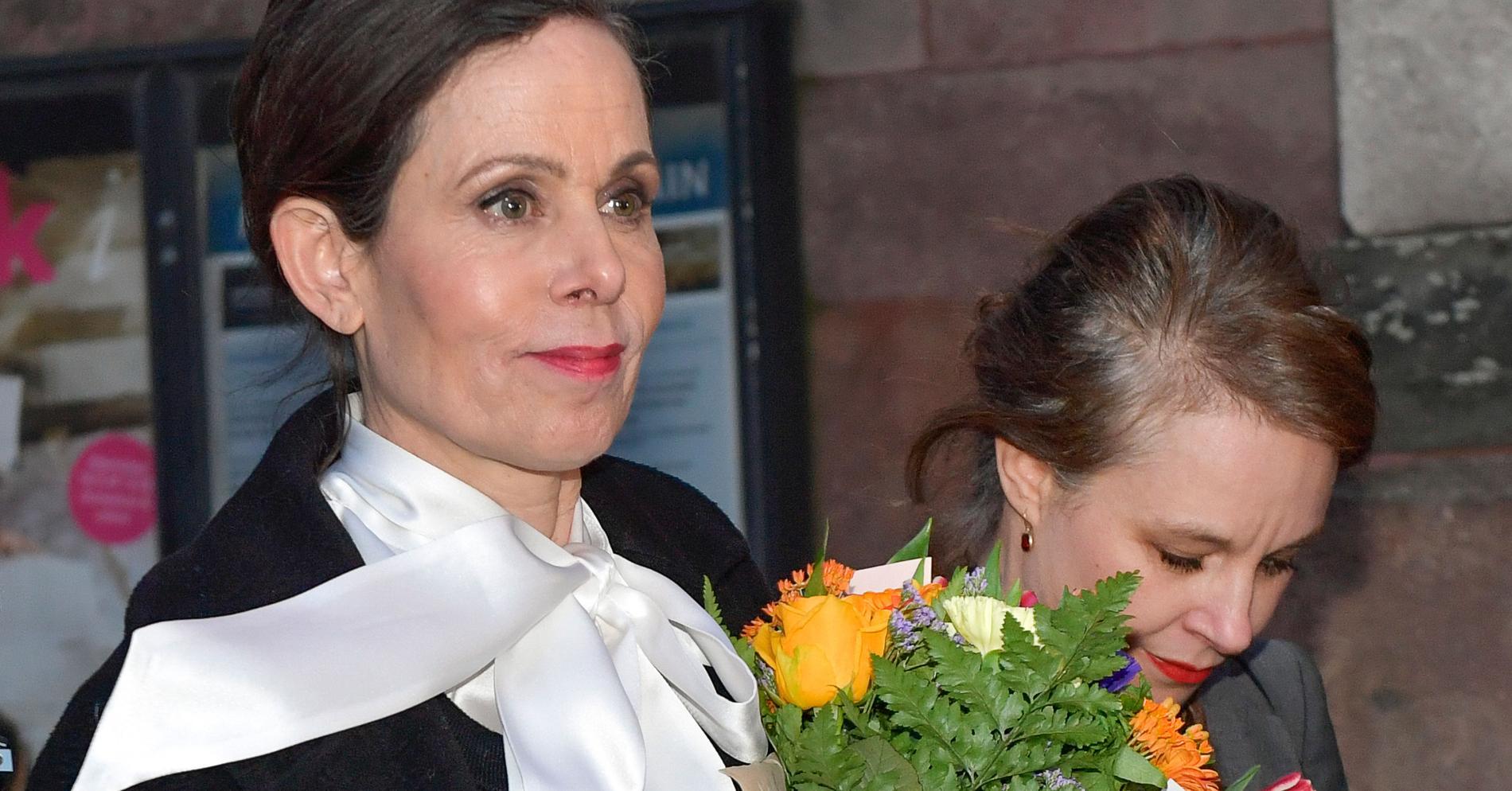 Stockholm 2018. Efter att Svenska akademien suttit i möte i timmar klev Sara Danius ut från Börshuset i Gamla stan och meddelade det samlade pressuppbådet att hon lämnar akademien. För att visa sitt stöd för henne valde kvinnor runt om i landet att klä sig i knytblus.