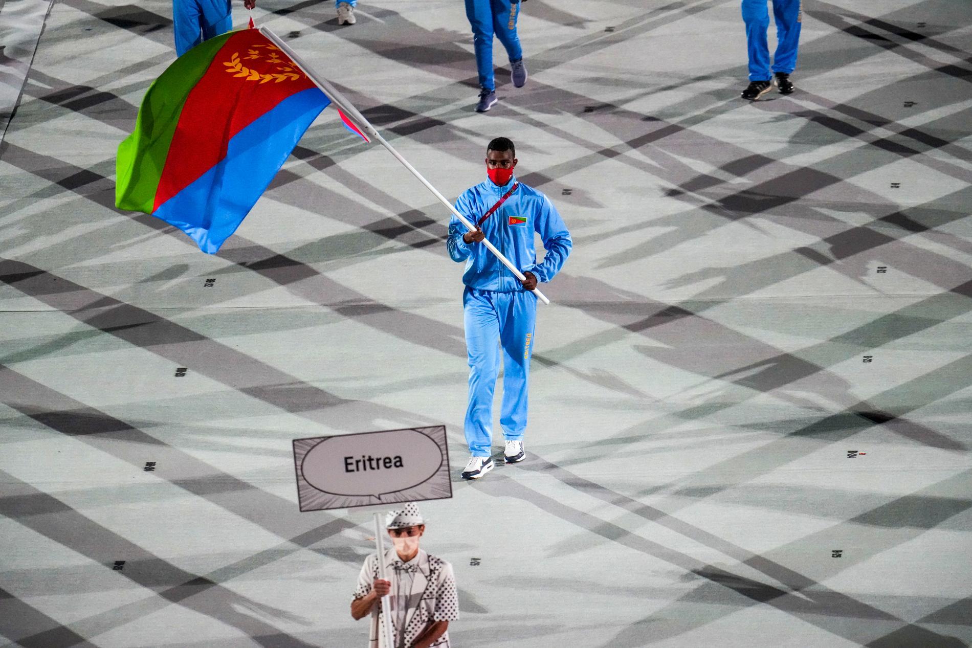 Eritreas fanbärare Efrem Ghirmai vid invigningen av OS i Tokyo.