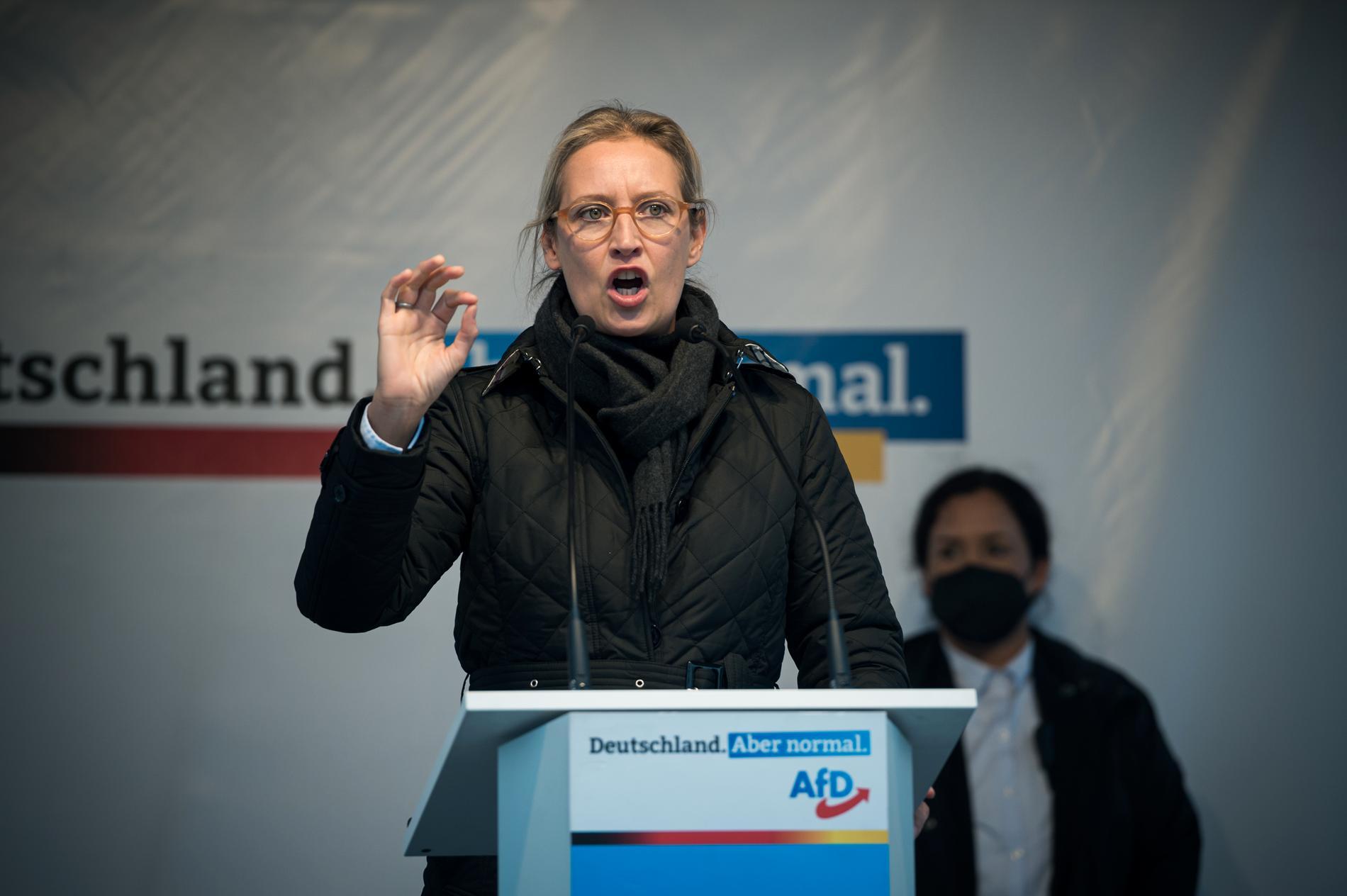 Alice Weidel talar på AfD:s sista valmöte.