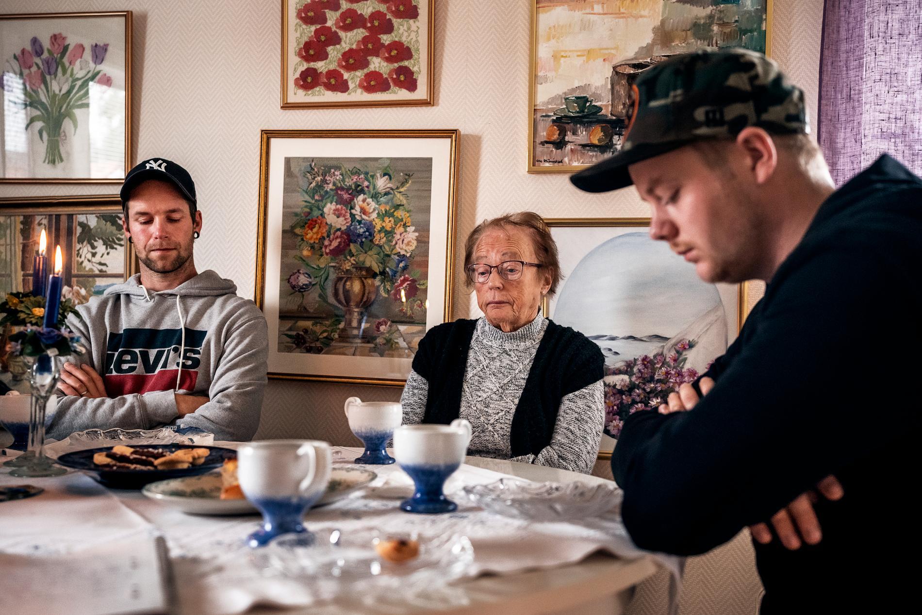 Oskar, längst till höger, var på motorbanan för en folkracetävling dit pappa Anders var på väg när olyckan inträffade.