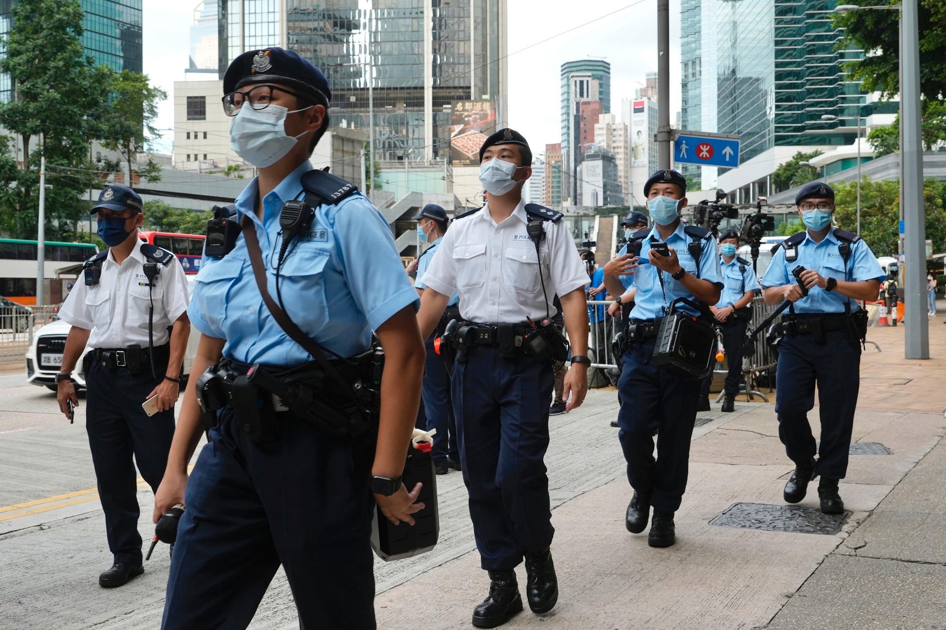 Hongkongeser får förlängt uppehållstillstånd i USA på grund av det politiska förtrycket hemmavid. Här vaktar polis en domstol i Hongkong fredag förra veckan.