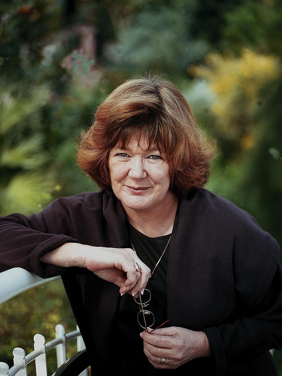 """Majgull Axelsson (född 1947) slog igenom 1997 med """"Aprilhäxan"""" som belönades med Augustpriset. Axelssons böcker har översatts till ett tjugotal språk."""