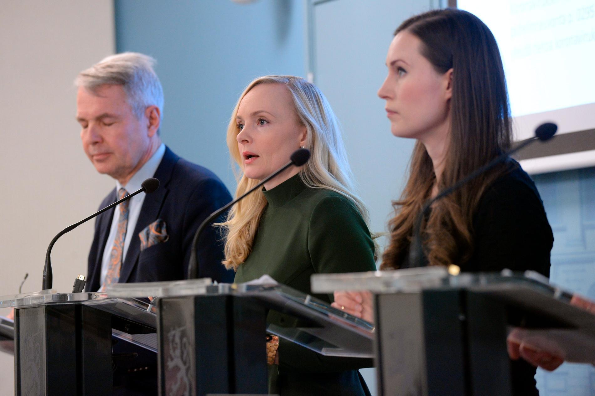 Maria Ohisalo, här med regeringskollegorna utrikesminister Pekka Haavisto (till vänster) och statsminister Sanna Marin (till höger).