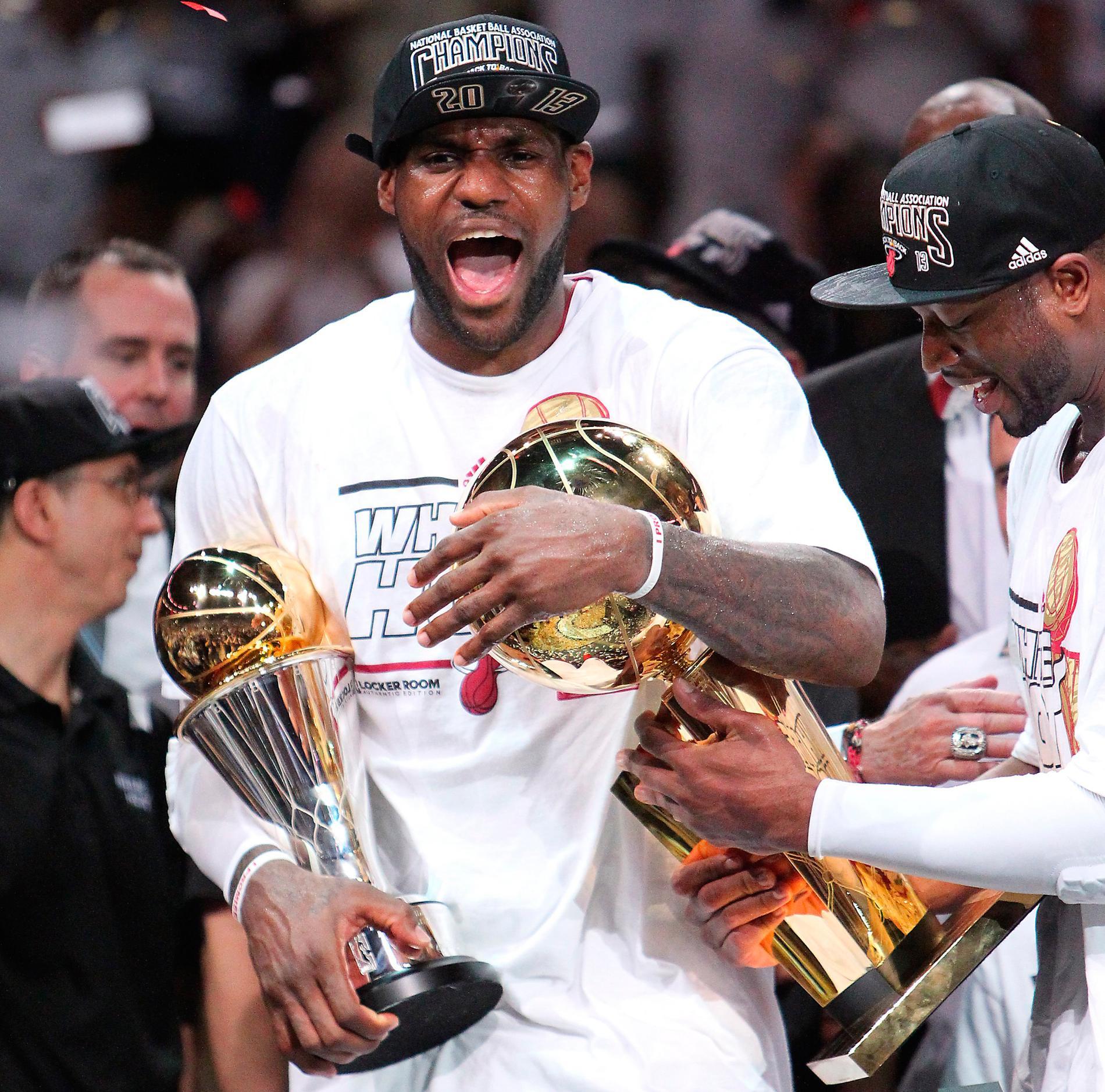 LeBron James med NBA-bucklan och priset till ligans mest värdefulle spelare efter finalsegern i våras.
