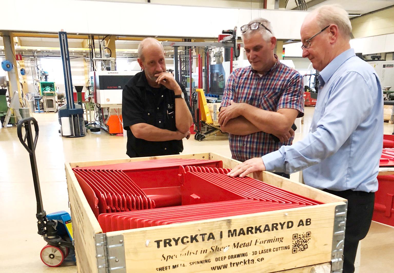 Skyddsvallarna produceras i Sverige, och efter de senaste beställningarna från runt om i världen har Sigurds företag Noaq kunnat nyanställa.