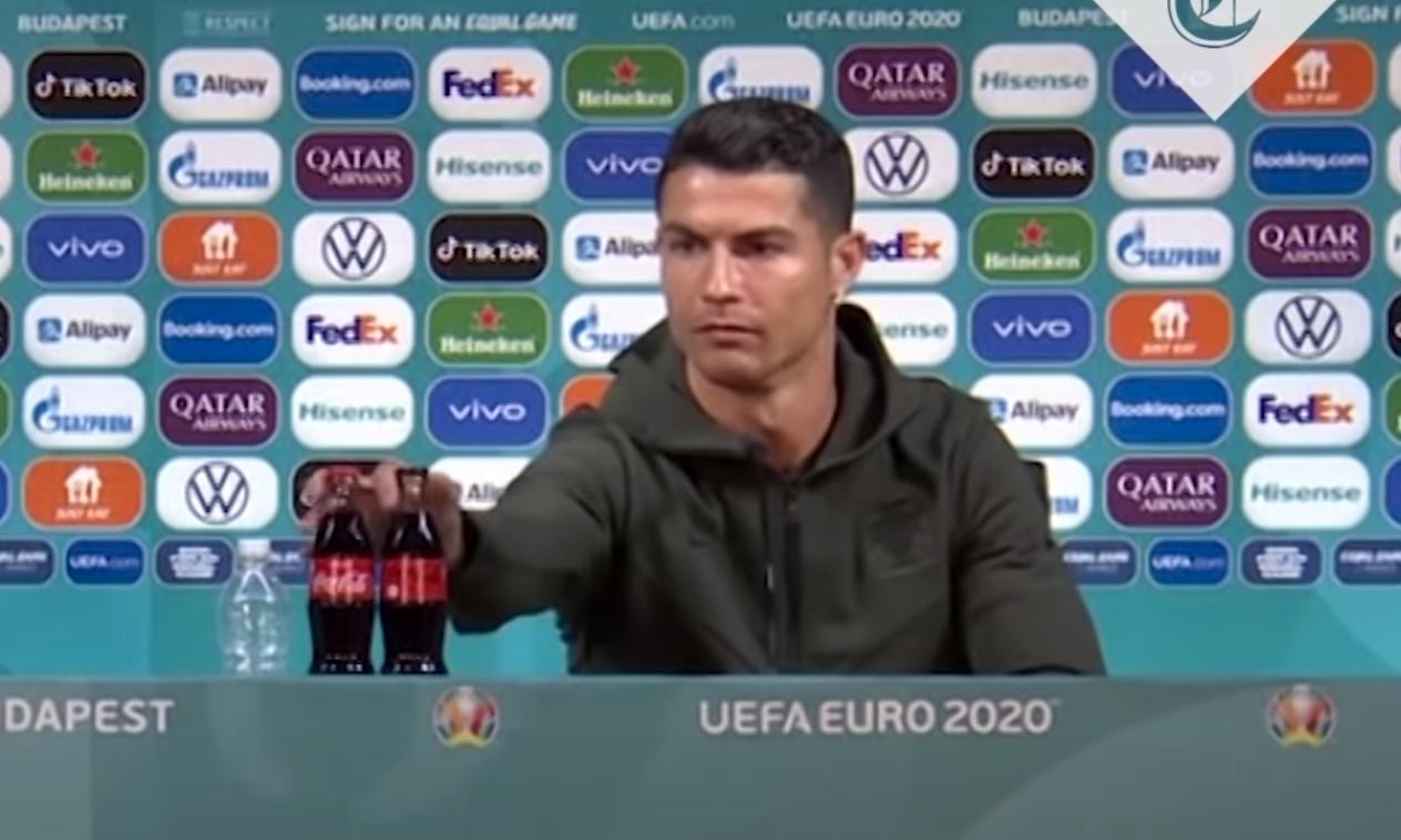 Portugals stjärna Cristiano Ronaldo flyttade på två Coca-Cola flaskor under en presskonferens inför sin första EM-match och sa att folk borde dricka vatten i stället.