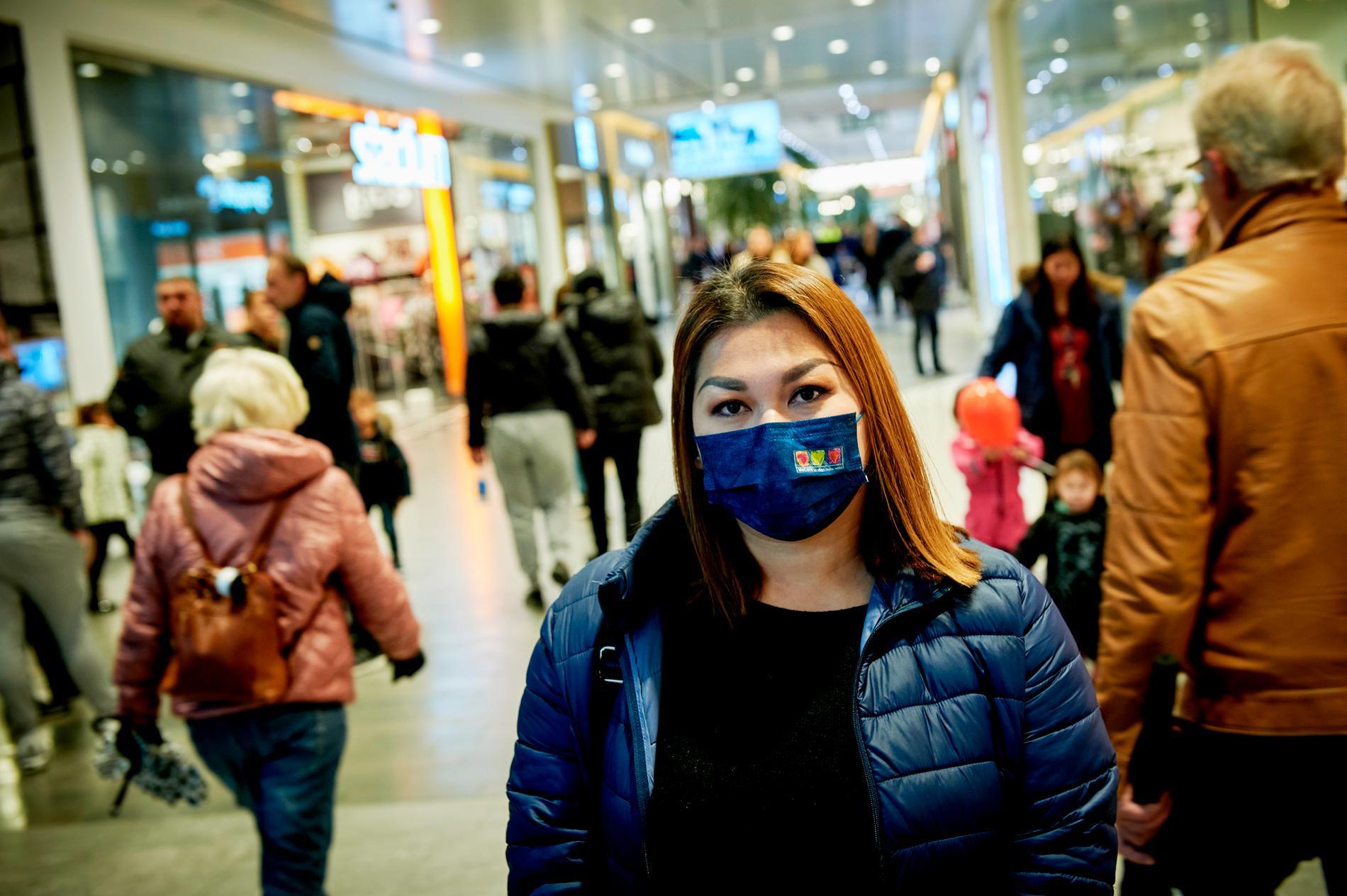"""Chulee Kaewpaluek, 37. """"Jag bär munskydd ute hela tiden för att skydda mig. Jag tycker att munskydd borde vara ett krav i Sverige."""""""