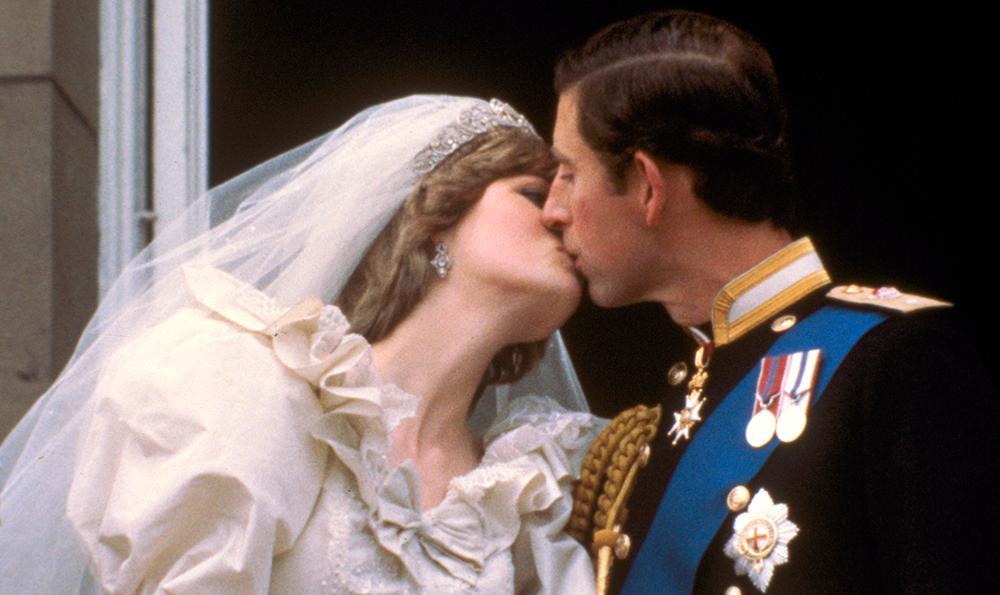 Folket ropade efter en kyss. Prins Charles vände sig till sin mamma drottning Elizabeth och frågade om lov. Sedan vände han ansiktet lite halvhjärtat mot Diana som var tvungen att nästan vrida halsen ur led för att nå prinsens läppar.