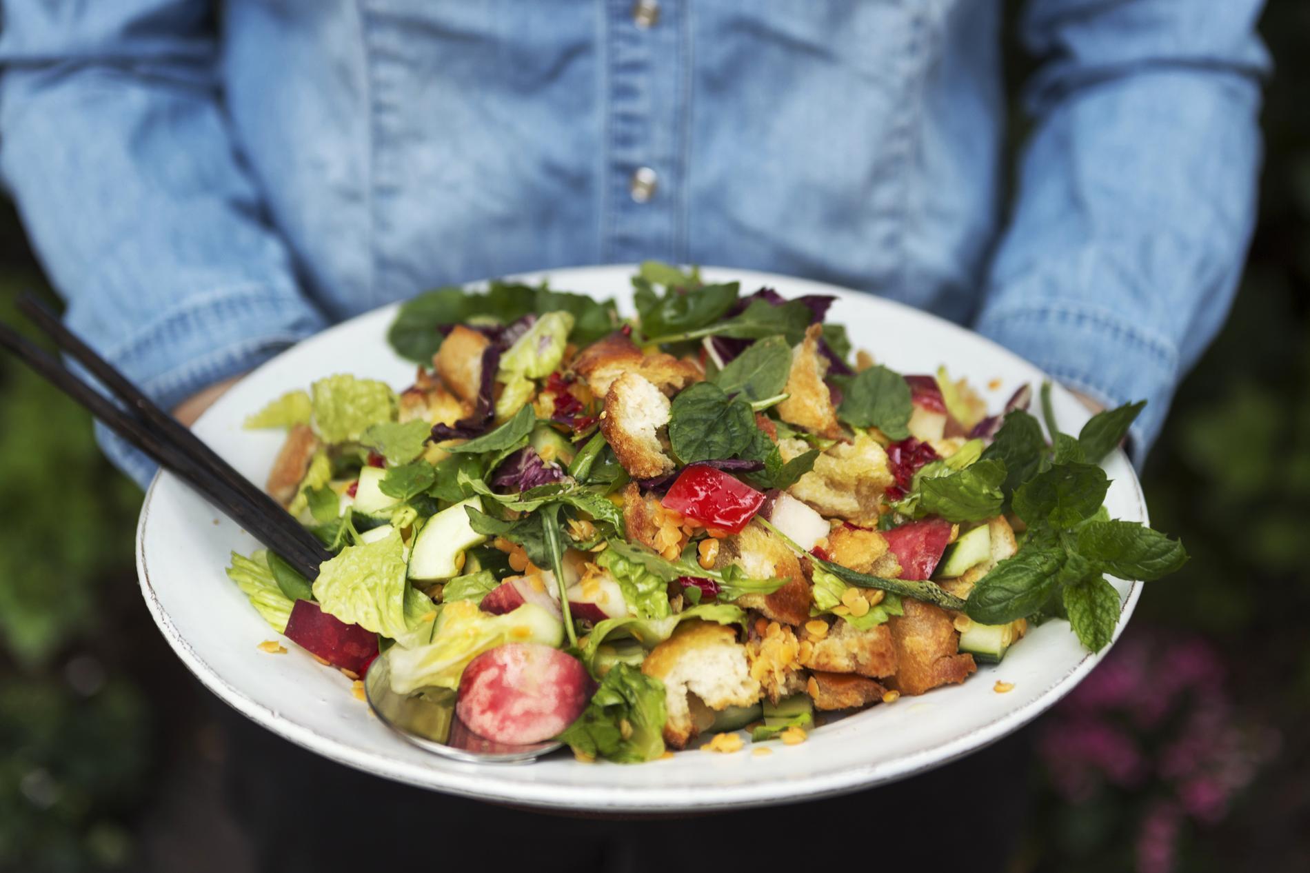 Forskarna menar att vi måste äta mer växter för att få en hållbar livsmedelsförsörjning.