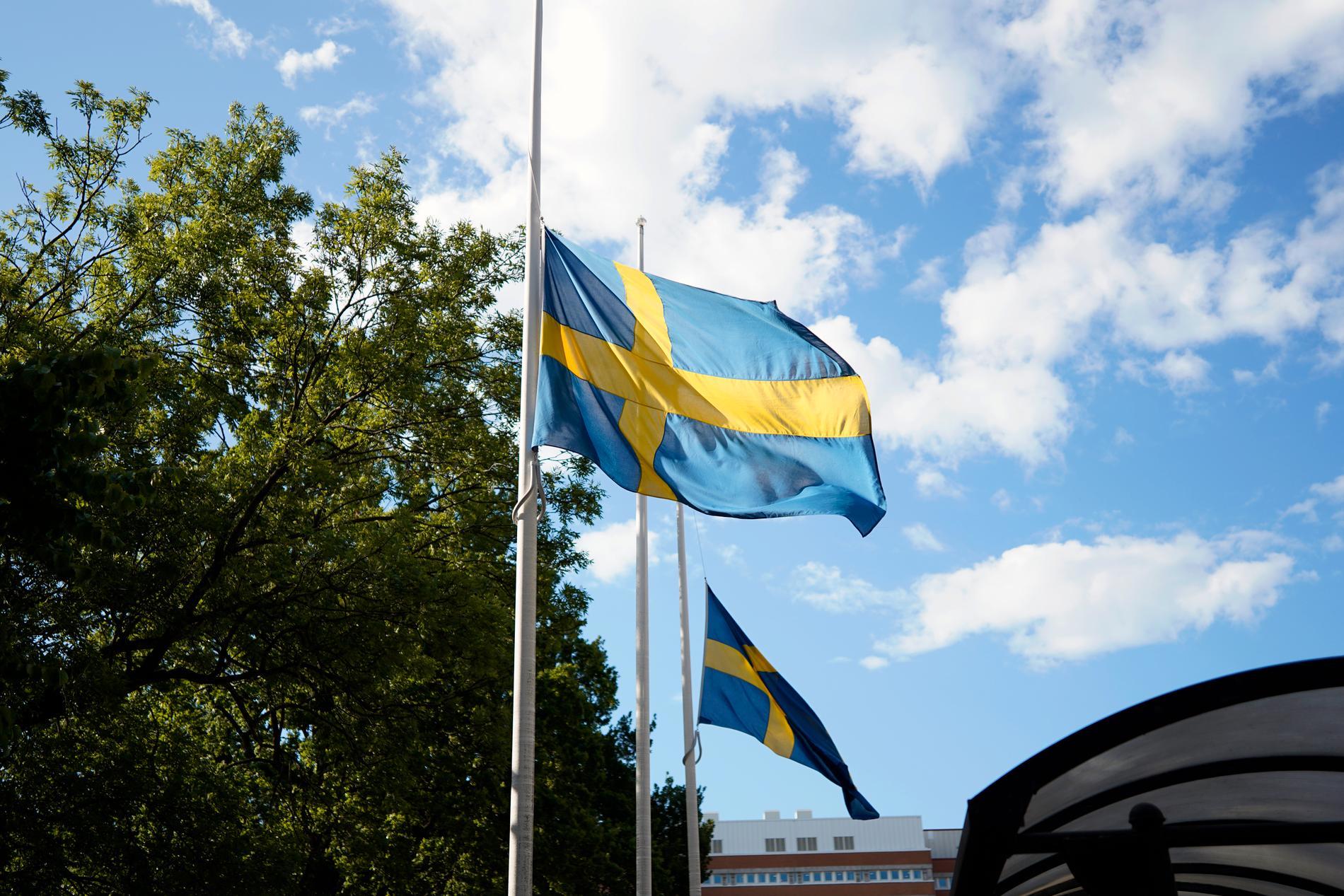 Flaggan på halv stång vid polishuset i Göteborg.