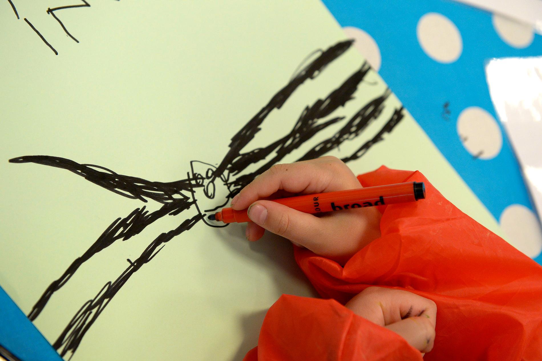 Att låta små barn rita vid förhör kan vara en risk om förhörsledaren samtidigt ställer ledande frågor, visar forskning. Arkivbild.