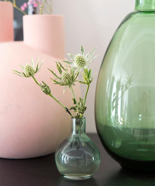 Pasteller, mjuka former och växter ger både ett harmoniskt och levande intryck.