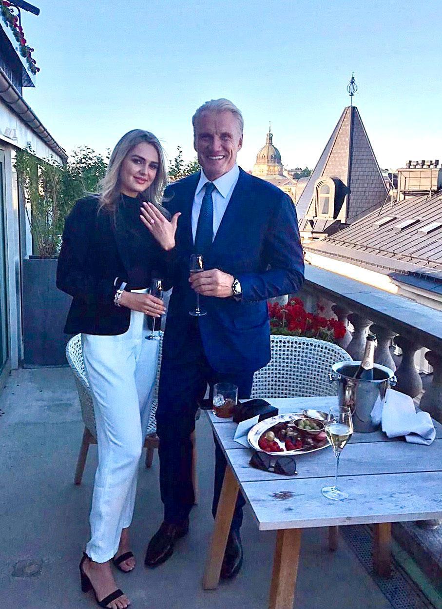 Emma Krokdal visar upp förlovningsringen hon precis fått av Dolph Lundgren.