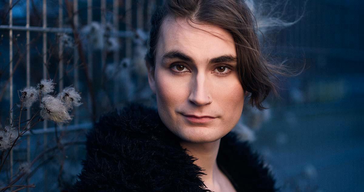 """Olivia Skoglund, aktuell med """"Nästan i mål! –en komisk transition""""."""