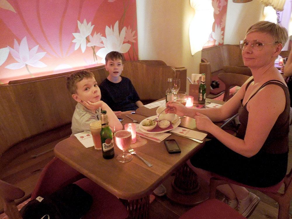 I Prag hittade familjen en jättemysig vegans restaurang.