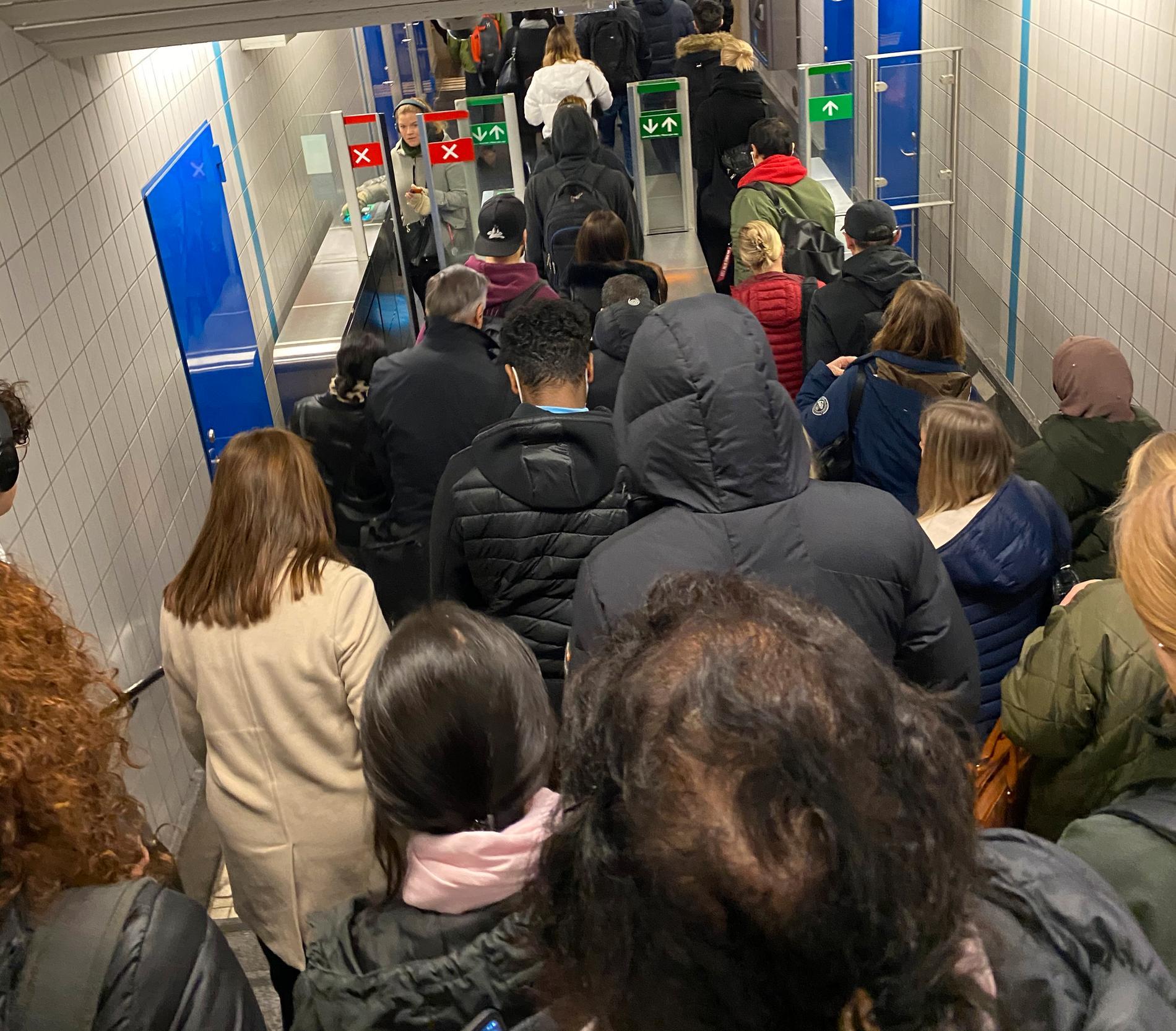Pendeltågsresenärerna fick gå ner i tunnelbanan och då blev det trångt i gångarna.