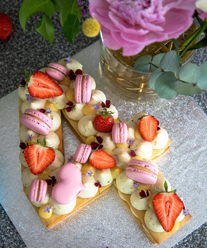 Siffertårta med mascarponekräm, limecurd och macarons