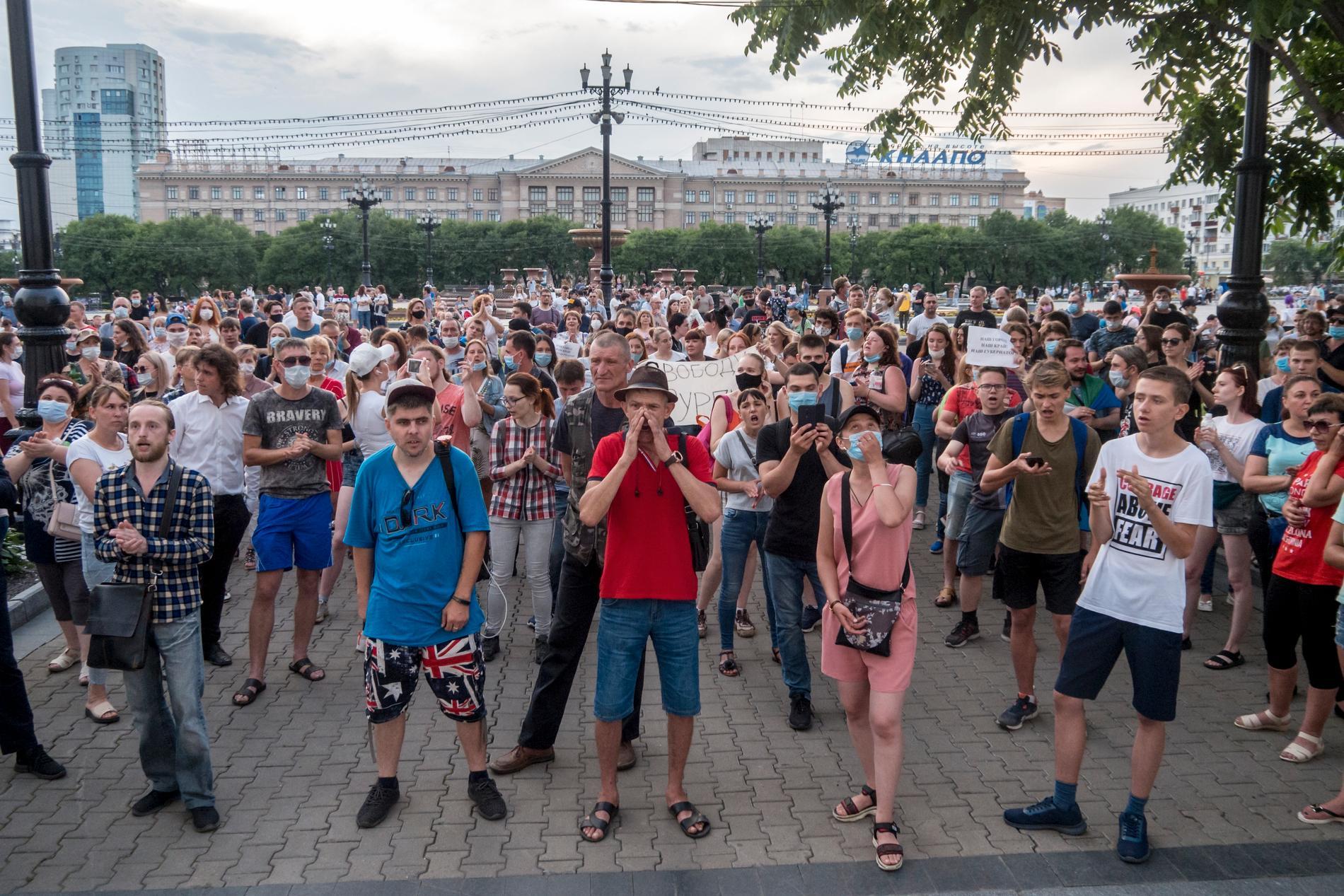Tiotusentals människor har samlats för att protestera mot Putin.