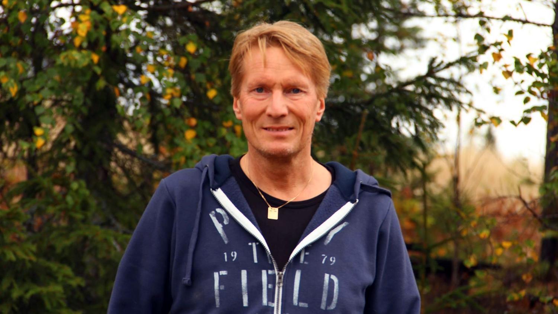 Magnus Persson, 58, föll ihop på jobbet. Han hade drabbats av hjärtstopp. Tack vare kollegornas snabba insats är han vid liv idag och är tillbaka på sin arbetsplats.
