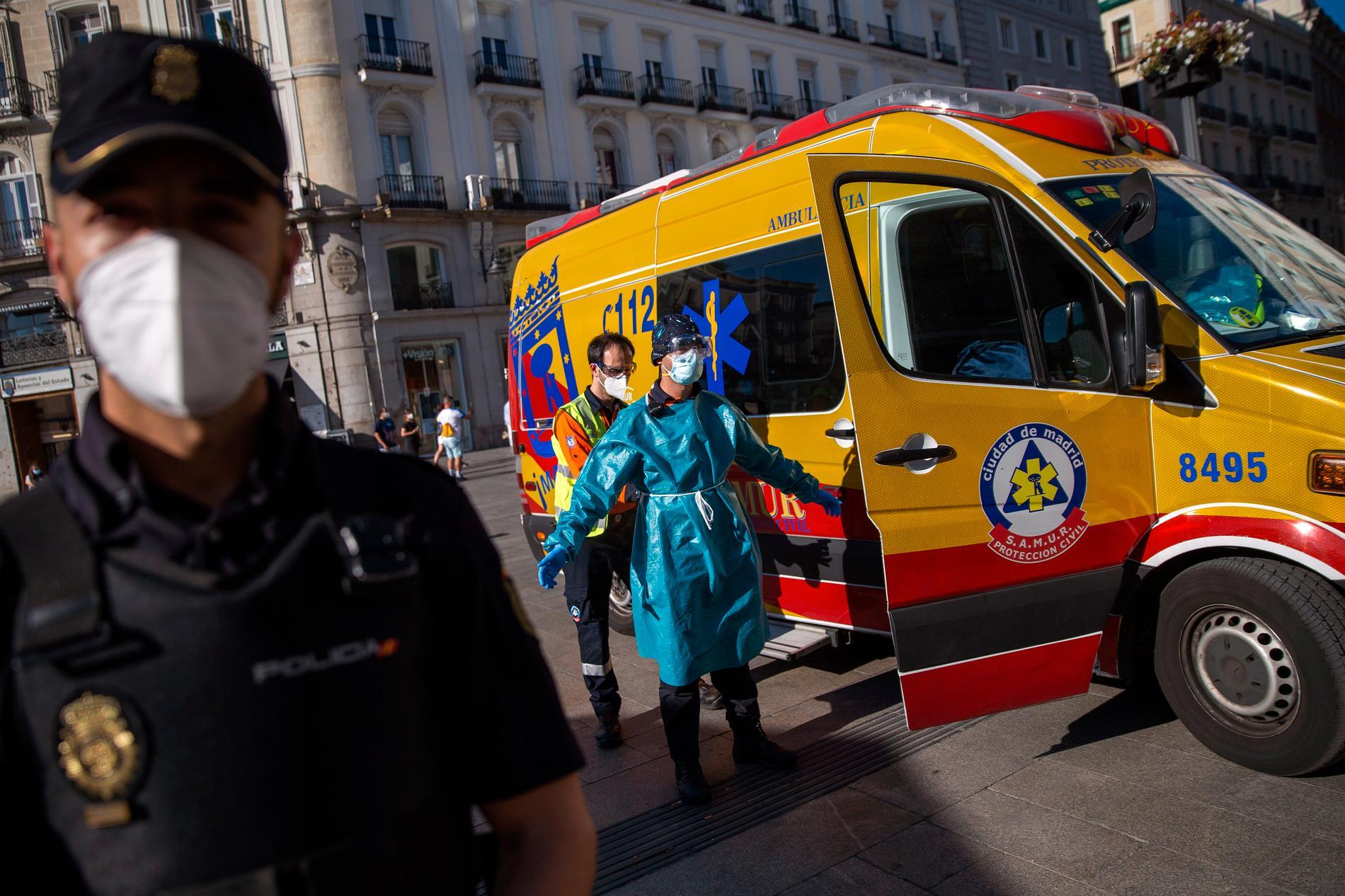 Antalet smittade ökar igen i Spanien, efter en tids nedgång. En vårdpersonal som desinficeras på gatan Puerta del Sol i Madrid, Spanien.