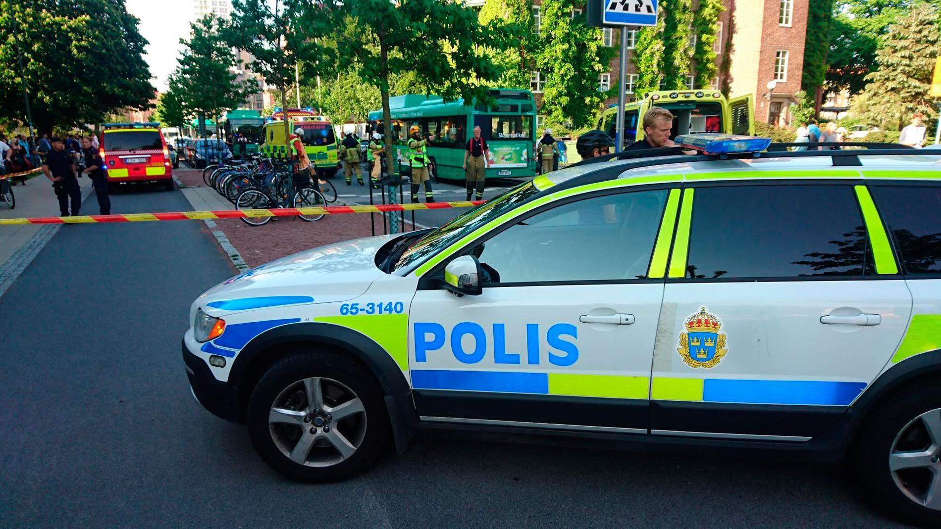 En kvinna kördes på av en buss i centrala Malmö.