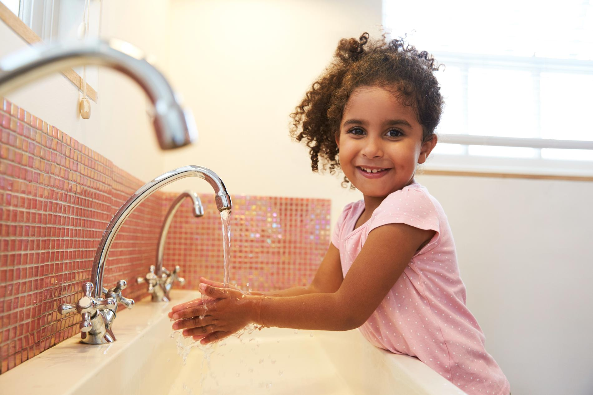 Berätta för barnen varför ni tvättar händerna ordentligt.
