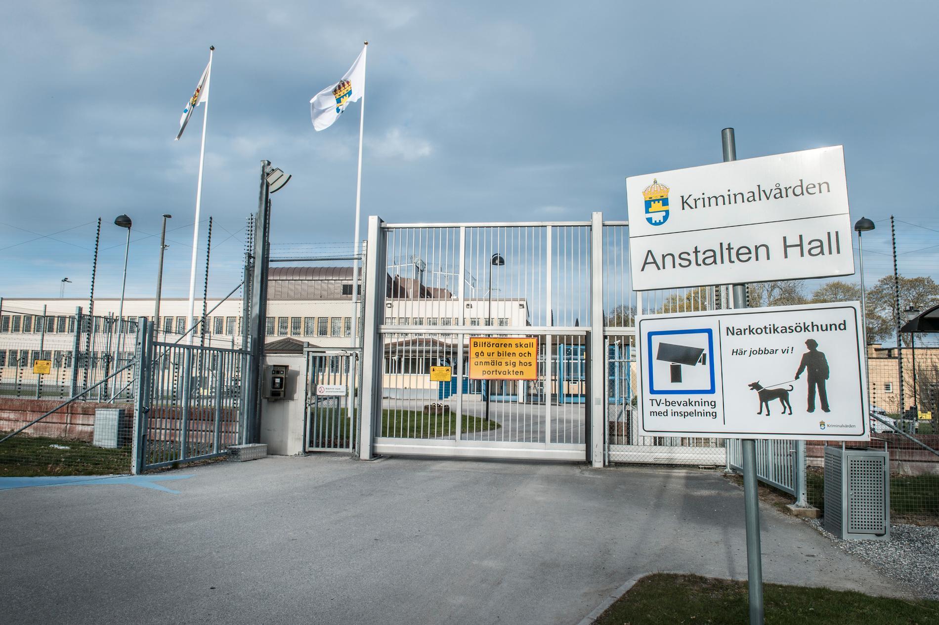 Den 34-årige fången avtjänar ett längre fängelsestraff på Hallanstalten utanför Södertälje.