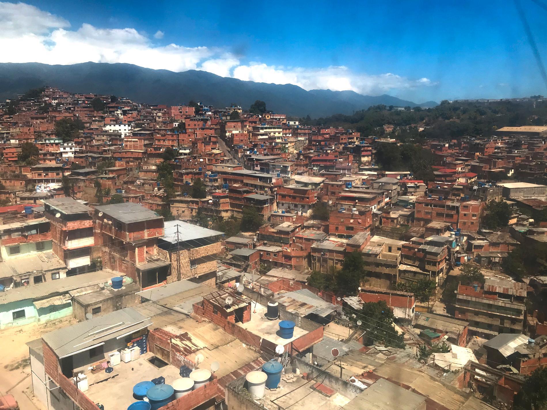 Petare, känd som Latinamerikas största slum, sedd från den moderna linbanan.