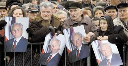"""SÖRJER SIN LEDARE Tiotusentals serber samlades i går i Pozarevac för att ta farväl av landets ex-president Slobodan Milosovic, som dog av en hjärtattack när han stod inför rätta för folkmord och krigsbrott. Men för sina anhängare är """"Slobo"""" ingen brottsling. I Serbien lever myten om hur han gav landet värdighet och enighet – och därför mördades i sin cell i Haag av politiska motståndare"""