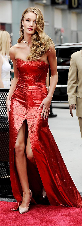 Till premiären i New York anlände hon i sprakande rött från Antonio Berardi.