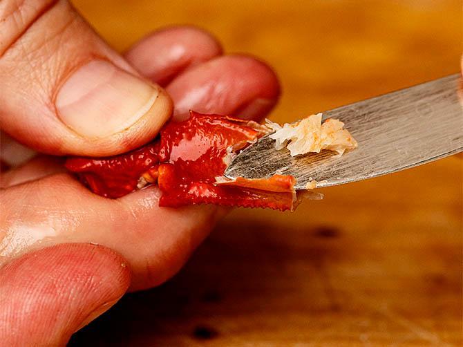 Använd kräftkniv.