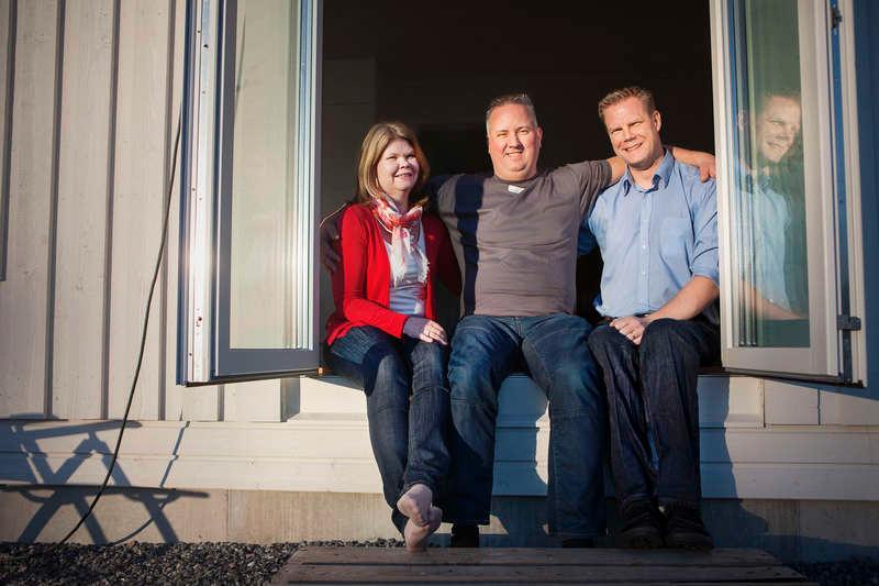 När Mattias Hjelm (i mitten) fick höra talas om Peter och Malin Vikströms situation satte han sig omedelbart och ringde till några kunder som är snickare. Tillsammans byggde de färdigt familjens hus - utan att kräva någon slags ersättning.