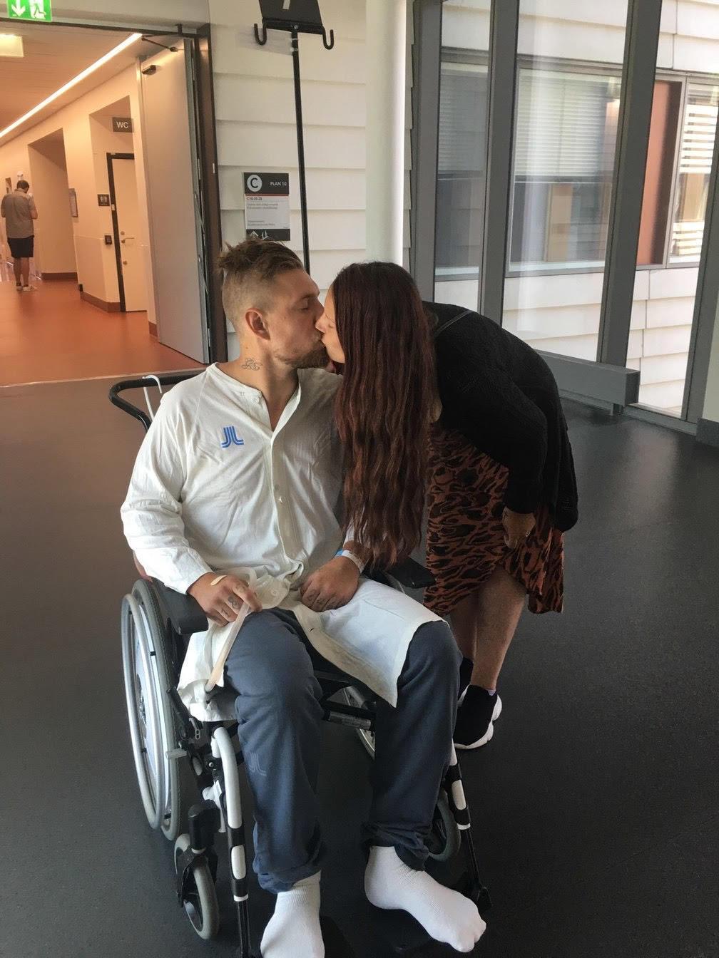 Glenn och sambon Caszandra på sjukhuset. De längtar tills Glenn får komma hem till familjen igen.