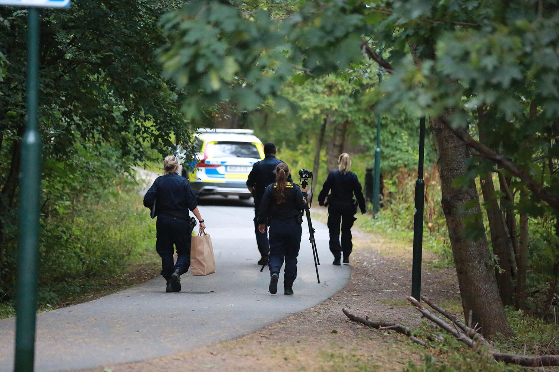 Polisen på plats vid Kärrtorps IP för att leta efter spår efter skjutningen i natt.