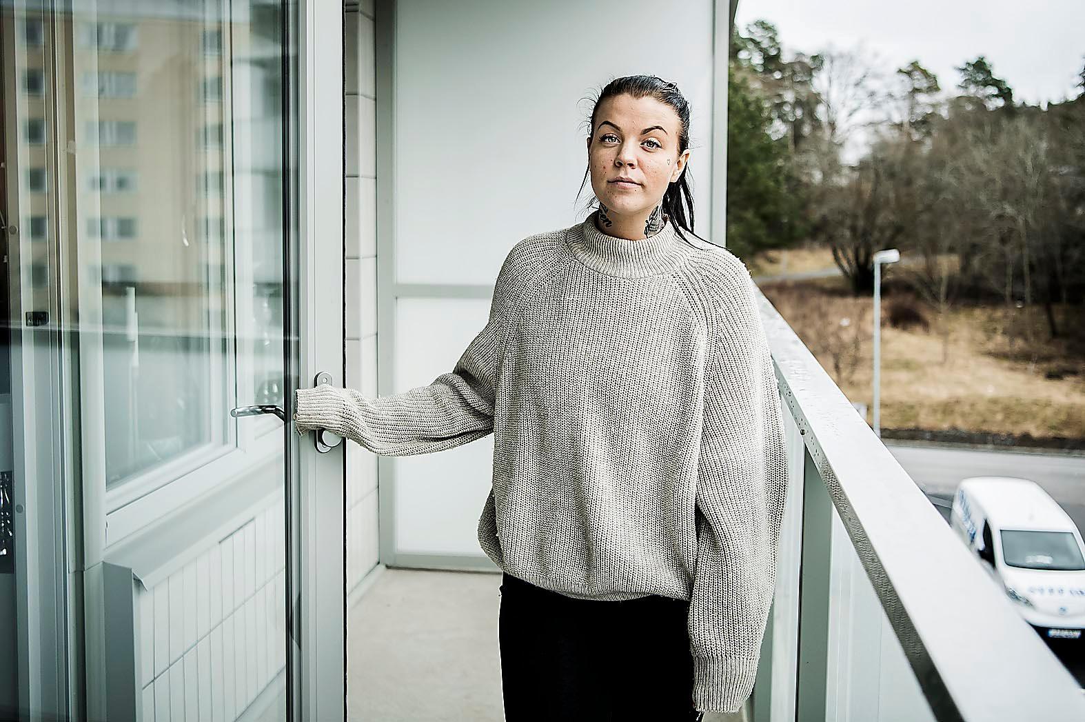 """""""Det krackelerar överallt"""", säger Clara Karlsson, 26, om äldreomsorgen i Sverige."""