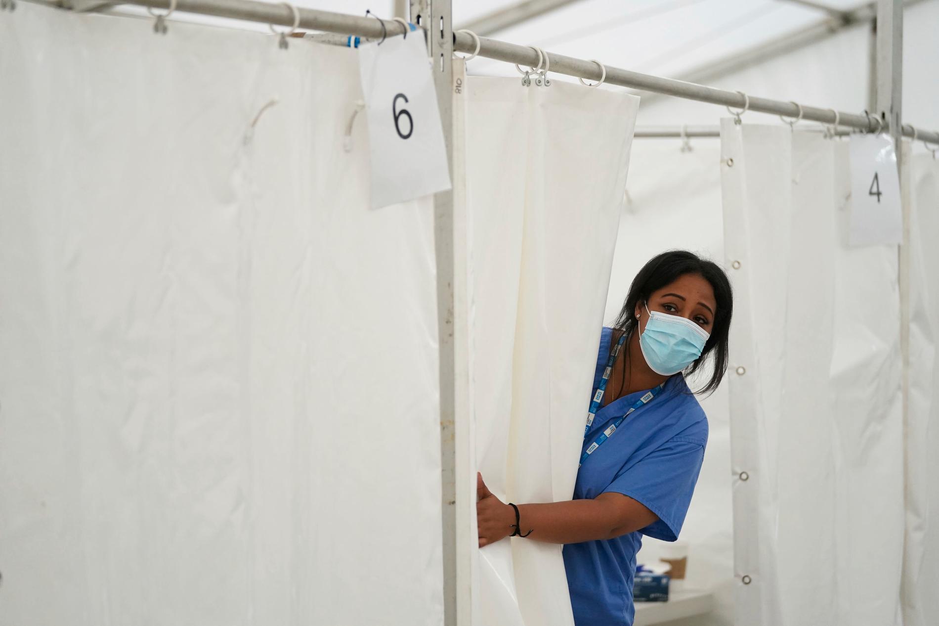 En sjuksköterska vid en tillfällig vaccinklinik i London. Arkivbild.