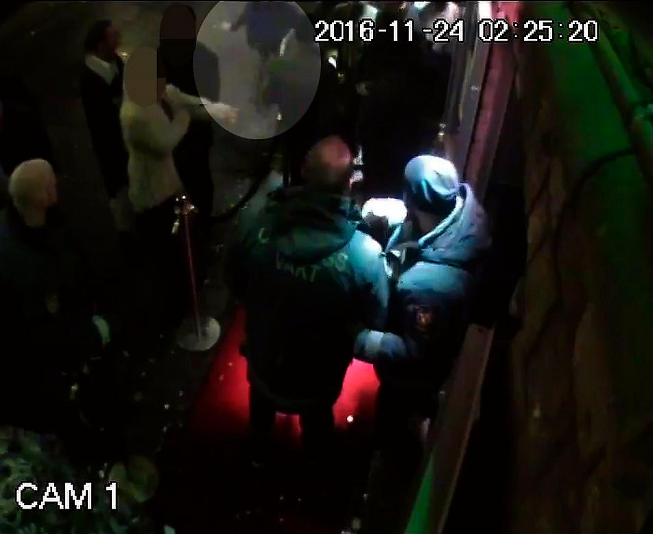 Kent Ekeroth (inringad) på filmen från nattklubben Solidaritets övervakningskamera.