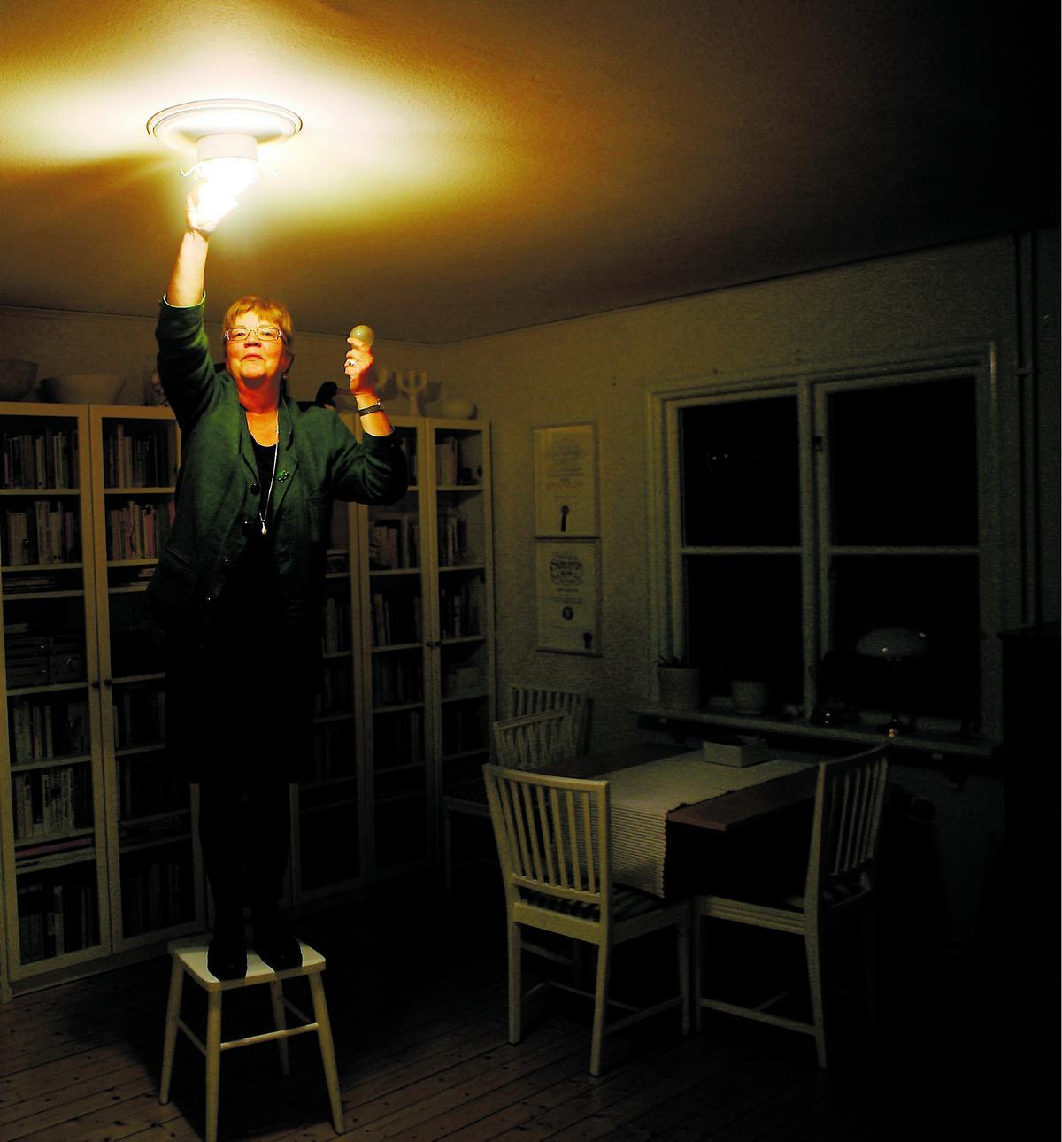 SPARAR ENERGI Aftonbladets Lena Mellin gör precis som EU vill – skruvar ur den vanliga glödlampan och ersätter den med en energisnålare ljuskälla. Nätspänningshalogen.