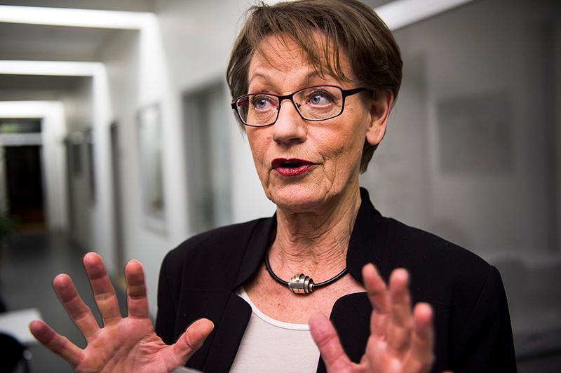 Gudrun Schyman byter bana och leder pensionärer i kampen mot miljöförstöringen.