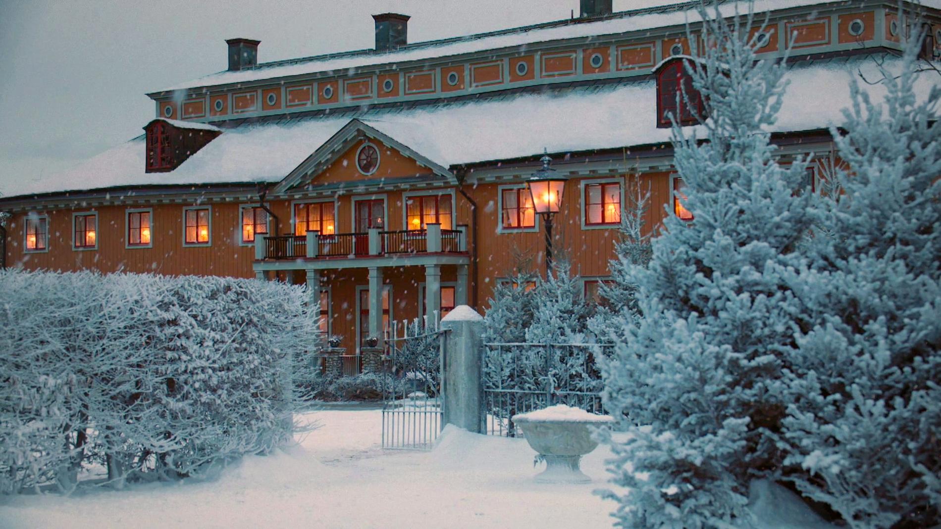 """1920 är täckt i ett rikligt lager konstsnö medan 2020 bjuder på en modern, snölös jul. """"En julkalender måste ha snö, åtminstone på våra breddgrader. Även om det sällan är snö på riktigt på julafton. Vi har använt oss av konstsnö, den är snyggare än riktig"""", säger regissören Calle Åstrand."""