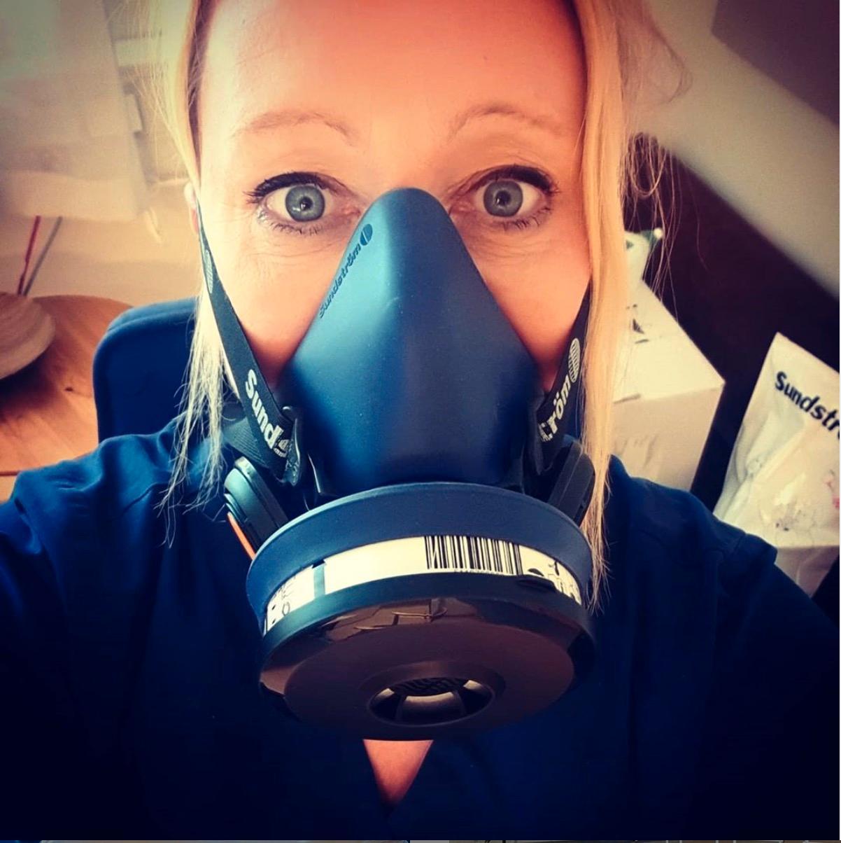 Undersköterskan Maria Valli på Västerås akutmottagning i en personlig skyddsmask.