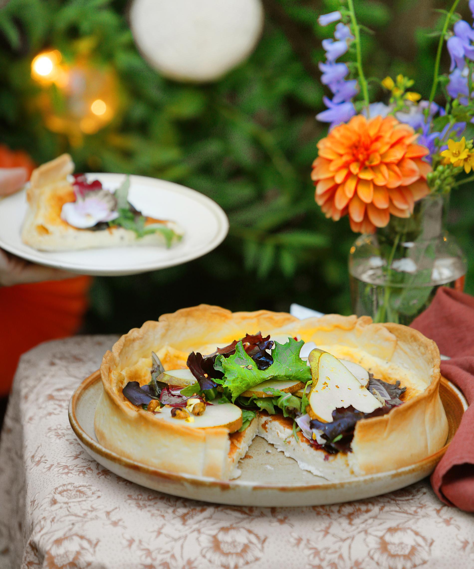 Västerbottenpaj med citronmarinerade päronskivor och nötter.